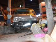 """Tin tức trong ngày - Một phụ nữ bị ô tô """"điên"""" tông dính chặt vào cột điện"""