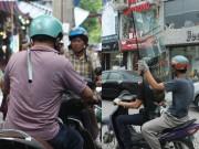 """Tin tức trong ngày - Ảnh: """"Tử thần"""" rình rập người đi đường khắp phố Hà Nội"""