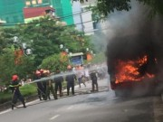 Tin tức trong ngày - HN: Đang chạy, xe buýt bỗng phát nổ, bốc cháy ngùn ngụt