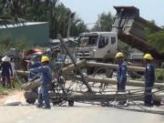 Tin tức trong ngày - Xe ben quật ngã 8 cột điện ở Sài Gòn, cô gái thoát chết