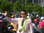 Tin tức trong ngày - Ông Tây mướt mồ hôi điều tiết giao thông tại cửa ngõ TP.HCM