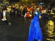 Tin tức trong ngày - Dân Sài Gòn bất lực nhìn biển nước bao vây
