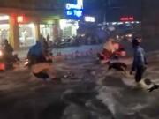 Tin tức trong ngày - Clip: Nước chảy như thác, cuốn phăng người và xe ở Sài Gòn