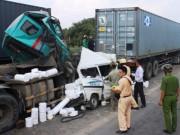 Tin tức trong ngày - Ô tô 7 chỗ bị vo tròn, ép chặt giữa 2 container sau tai nạn