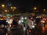 Tin tức trong ngày - TP.HCM lại mưa mù trời: Ngập nước, giao thông tê liệt