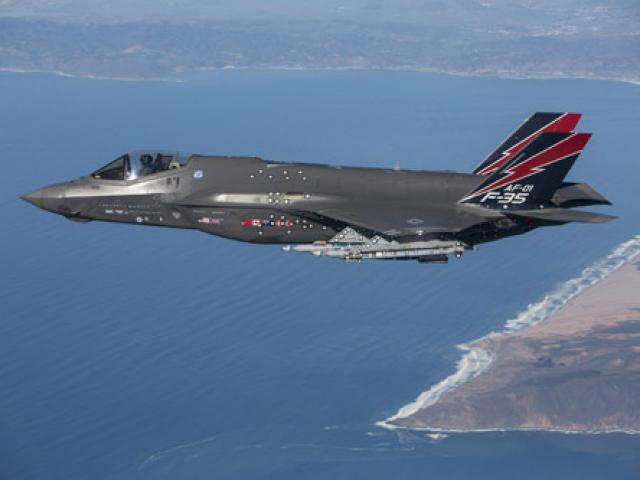 """Phi công Mỹ: F-35 """"xơi tái"""" chiến đấu cơ Nga, Trung Quốc"""