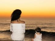 Du lịch - Bé gái 2 tuổi du lịch qua 30 nước cùng cha mẹ