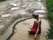 Thế giới - Thái Lan: Người mẫu xinh đẹp tắm trong ổ gà gây sốt
