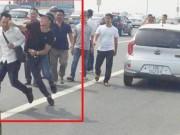 Tin tức trong ngày - Vụ xô xát trên cầu Nhật Tân: CA gạt tay trúng phóng viên