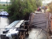 Tin tức trong ngày - Bất chấp biển cấm, xe tải làm sập cầu Ông Điền