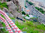 Nằm chênh vênh bên vách đá để selfie trên đồi Con Heo