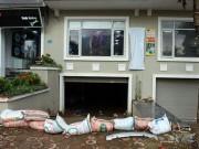"""Sợ bão số 4 gây ngập lụt, dân Thủ đô """"xây thành đắp lũy"""" trước giờ G"""