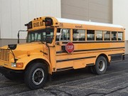 Bỏ 400 triệu sửa xe buýt thành nhà rồi đi du lịch khắp thế gian