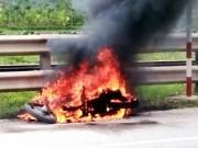 Tin tức trong ngày - Đang chạy xe máy trên quốc lộ, bất ngờ dừng lại châm lửa đốt xe
