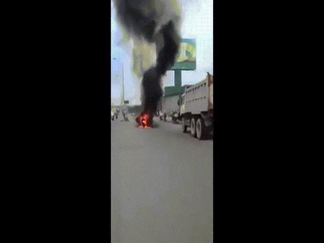 Xe khách bốc cháy trên phố Sài Gòn, cả chục người gào khóc - 7