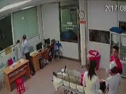 Tin tức trong ngày - Người nhà bệnh nhân xông vào phòng cấp cứu hành hung bác sĩ