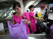 Tài chính - Bất động sản - Mua đồ hiệu, dùng thẻ ATM, người Triều Tiên tiêu tiền khác xưa như thế nào?