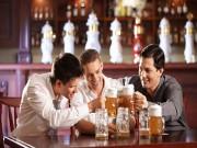 Cứ xem bóng đá và uống rượu bia như thế này bảo sao không xơ gan, ung thư gan