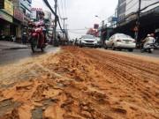 Tin tức trong ngày - Xe ben rải đất, đường Sài Gòn như ruộng cày