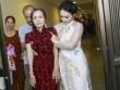 Bảo Thanh đỡ đàn chị bị liệt 2 chân đến cúng Tổ nghề sân khấu