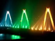 Tin tức trong ngày - Lung linh sắc cầu vồng khổng lồ trên cầu Nhật Tân