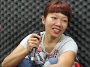 Diva Hà Trần mặt mộc đi tập hát