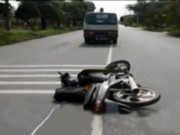 """Video An ninh - TP.HCM: Xe máy """"húc"""" vào xe tải 2 người tử vong"""