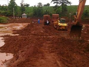 Lâm Đồng: Nước bùn đỏ tràn ra khỏi hồ không độc hại