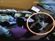 Video An ninh - Ngang nhiên cướp giật tại phòng vé máy bay