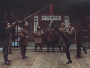 Video: Pha tập đá chân cao có 1-0-2 của Mr Bean