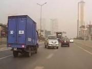 Tin tức trong ngày - HN: Xe 7 chỗ đi ngược chiều, luồn lách trên cao tốc