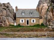 """Du lịch - Đến Pháp xem ngôi nhà """"mắc kẹt"""" giữa hai tảng đá"""