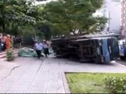 Video An ninh - TP.HCM: Sập hố gas, xe chở nước đá đè chết người