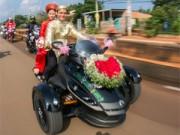 Bạn trẻ - Cuộc sống - Chú rể rước dâu bằng siêu mô tô 1,3 tỷ