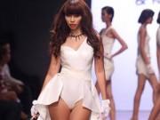 Thời trang - Siêu mẫu Hà Anh bị cấm diễn vì trang phục phản cảm