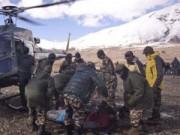 Tin tức trong ngày - Ảnh: Đưa xác nạn nhân vụ lở tuyết ở Nepal xuống núi