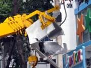 Tin tức trong ngày - Sài Gòn: Thầy giáo thoát chết khi xe tải lật nhào