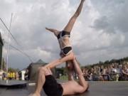Nóng bỏng cặp đôi và bài thể dục trên cột biến ảo