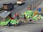 Tin tức trong ngày - Đối tượng xăm trổ hôi của xe tải gặp nạn