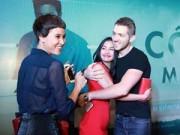 Phim - Trương Nhi ôm chặt bạn trai Phương Mai tại lễ ra mắt phim