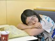 Bạn trẻ - Cuộc sống - Thất tình, cô gái ăn ngủ trong quán gà rán cả tuần