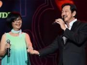 Vợ chồng Chánh Tín nắm tay tình cảm trên sân khấu