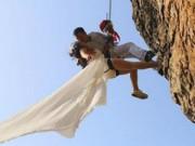 Chuyện lạ - Cặp đôi treo mình trên vách núi chụp ảnh cưới