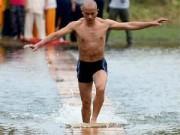 Chuyện lạ - Clip võ tăng Thiếu lâm chạy như bay trên sông