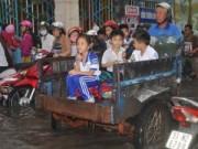 Giáo dục - du học - Thầy trò cùng lội nước tới trường