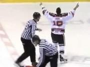"""Clip Đặc Sắc - 2 VĐV hockey giải quyết """"ân oán"""" bằng nắm đấm"""
