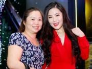 Sao ngoại-sao nội - Mẹ Hương Tràm rời quê đưa con gái đi diễn sau scandal