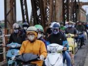 Tin tức Sony - Ảnh: Người HN đón gió lạnh đầu mùa với áo khoác, khăn len