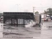 Tin tức trong ngày - Xe tải lật, hàng ngàn lit axít đổ tràn, khói nghi ngút