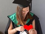 Bạn trẻ - Cuộc sống - Ảnh nữ sinh cho con bú ở lễ tốt nghiệp gây sốt